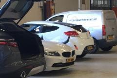 Op lokatie werkvloer autobedrijf